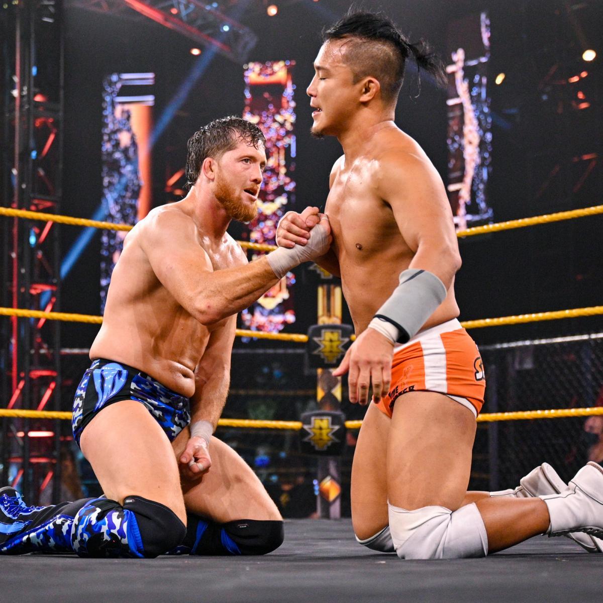 試合後、オライリー(左)と握手を交わしたNXTクルーザー級王者KUSHIDA(C)2021 WWE, Inc. All Rights Reserved.