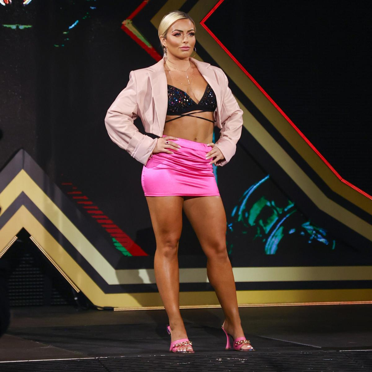 NXT大会のサレイ戦を視察したロウ所属のマンディ・ローズ(C)2021 WWE, Inc. All Rights Reserved.