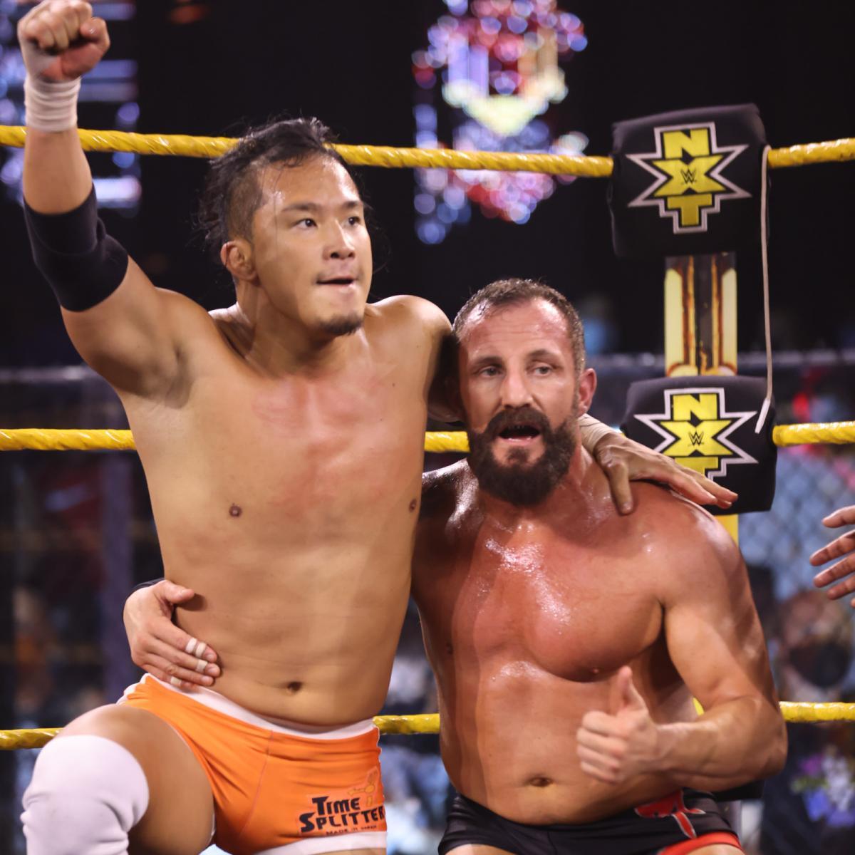 フィッシュ(右)と勝利を喜ぶNXTクルーザー級王者KUSHIDA(C)2021 WWE, Inc. All Rights Reserved.