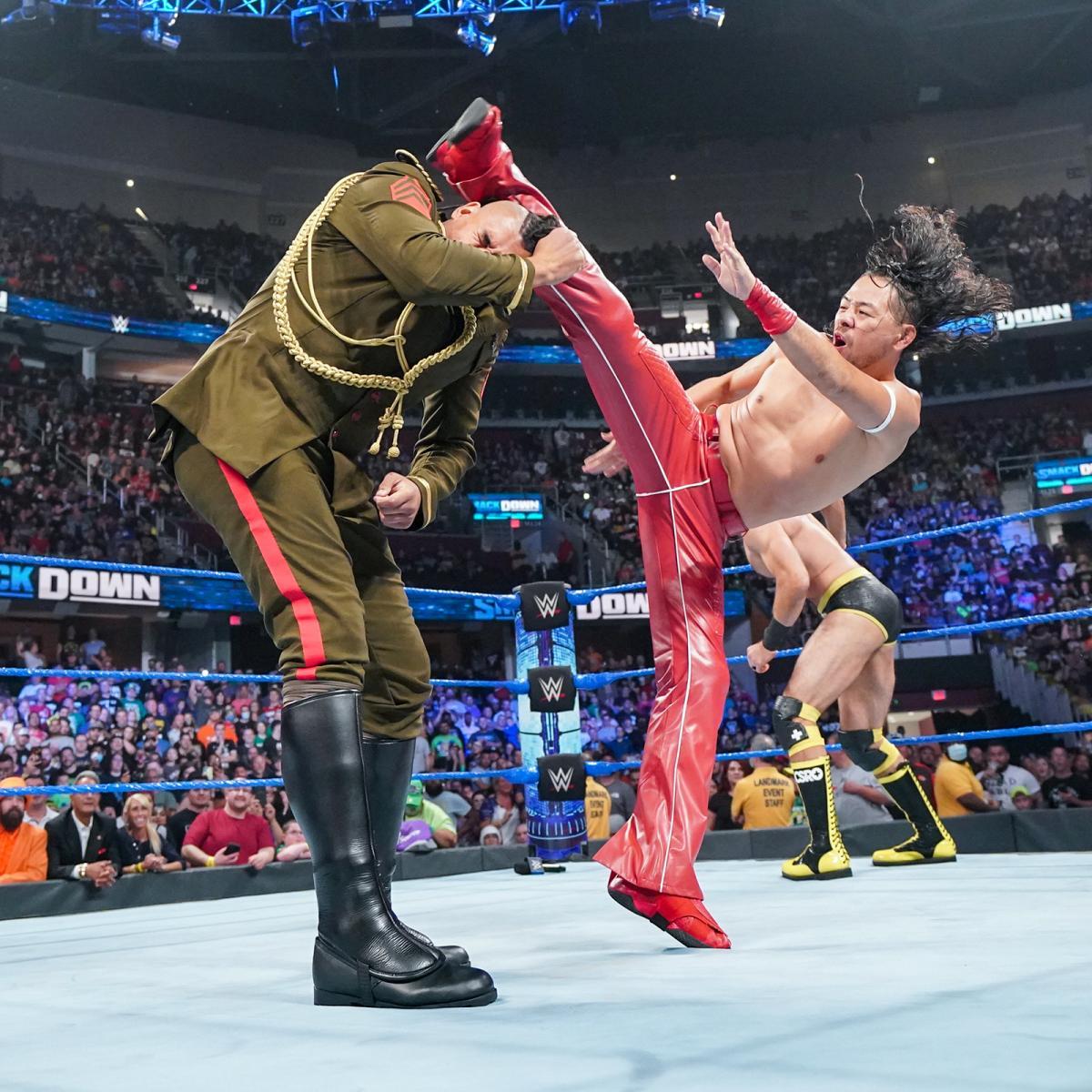 アジーズ(左)に上段蹴りを決める中邑(C)2021 WWE, Inc. All Rights Reserved.