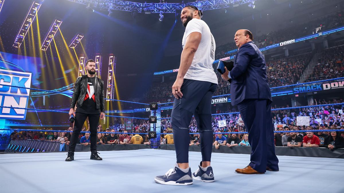 WWEユニバーサル王者レインズ(中央)に挑戦表明したベイラー(左端)。右端はヘイマン(C)2021 WWE, Inc. All Rights Reserved.
