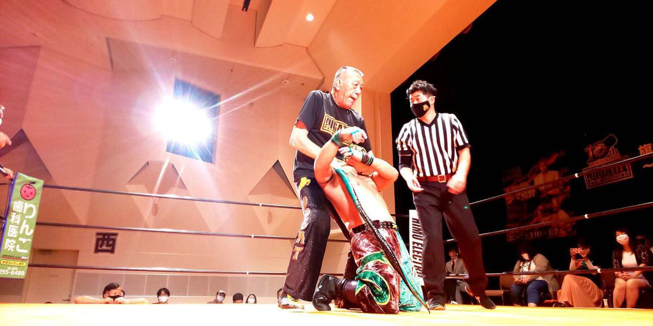 新潟タッグ選手権で3度目の防衛に成功したグレート小鹿(左)