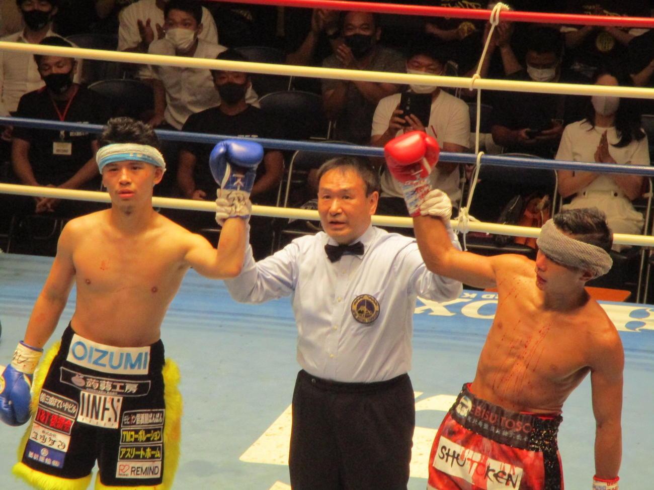 負傷引き分けで眉間の傷にタオルを巻いた定常育郎(左)と沢田京介(右)