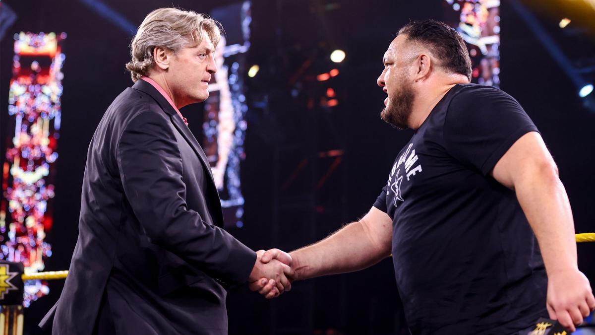 NXTリーガルGM(左)と握手を交わしたサモア・ジョー(C)2021 WWE, Inc. All Rights Reserved.