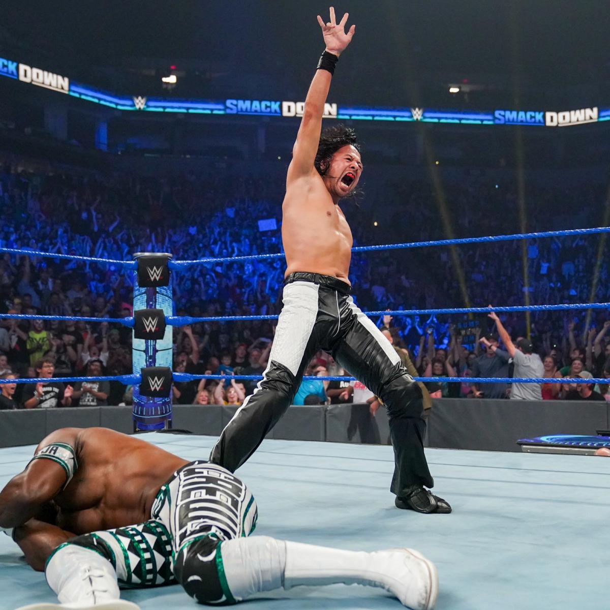 気合の雄たけびをあげる中邑(右)。左下はインターコンチネンタル王者クルーズ(C)2021 WWE, Inc. All Rights Reserved.