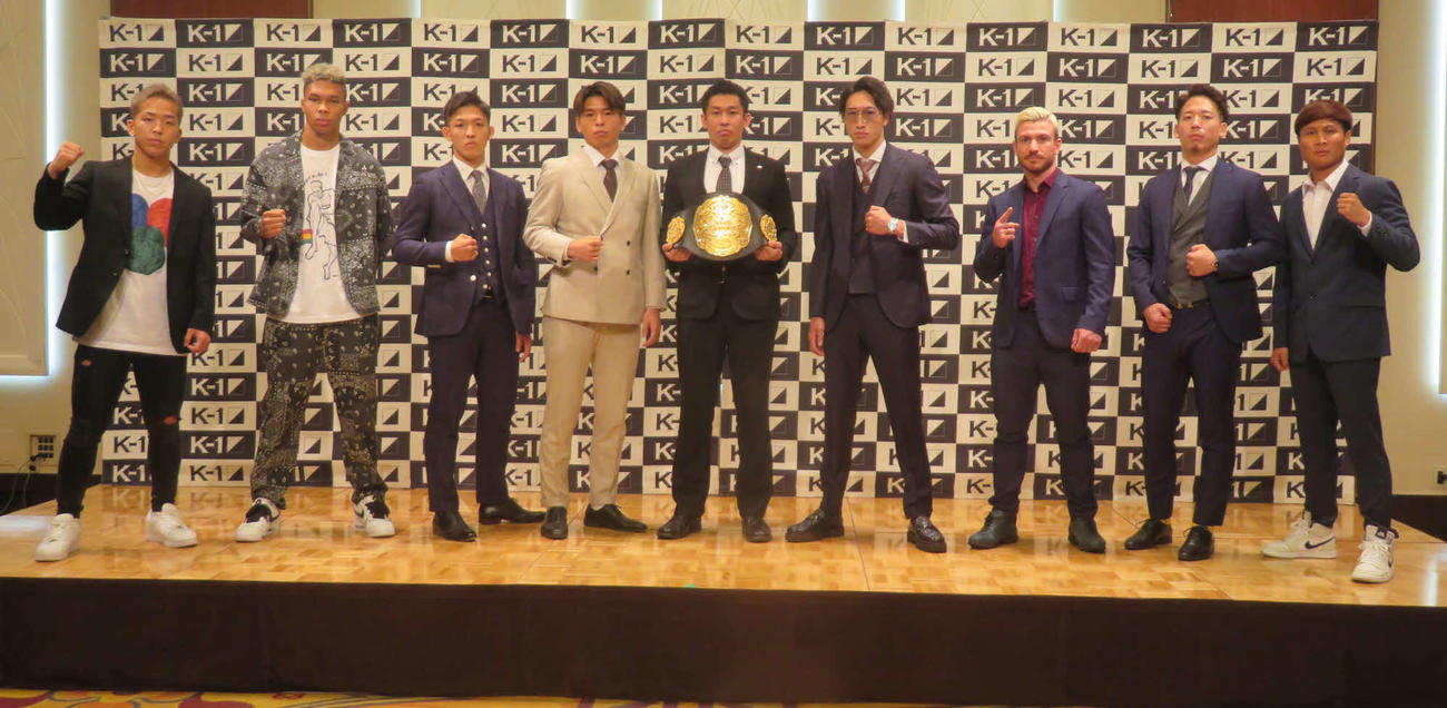 第2代ウエルター級王座決定トーナメントに出場する8選手とベルトを手にするK-1中村プロデューサー(中央)