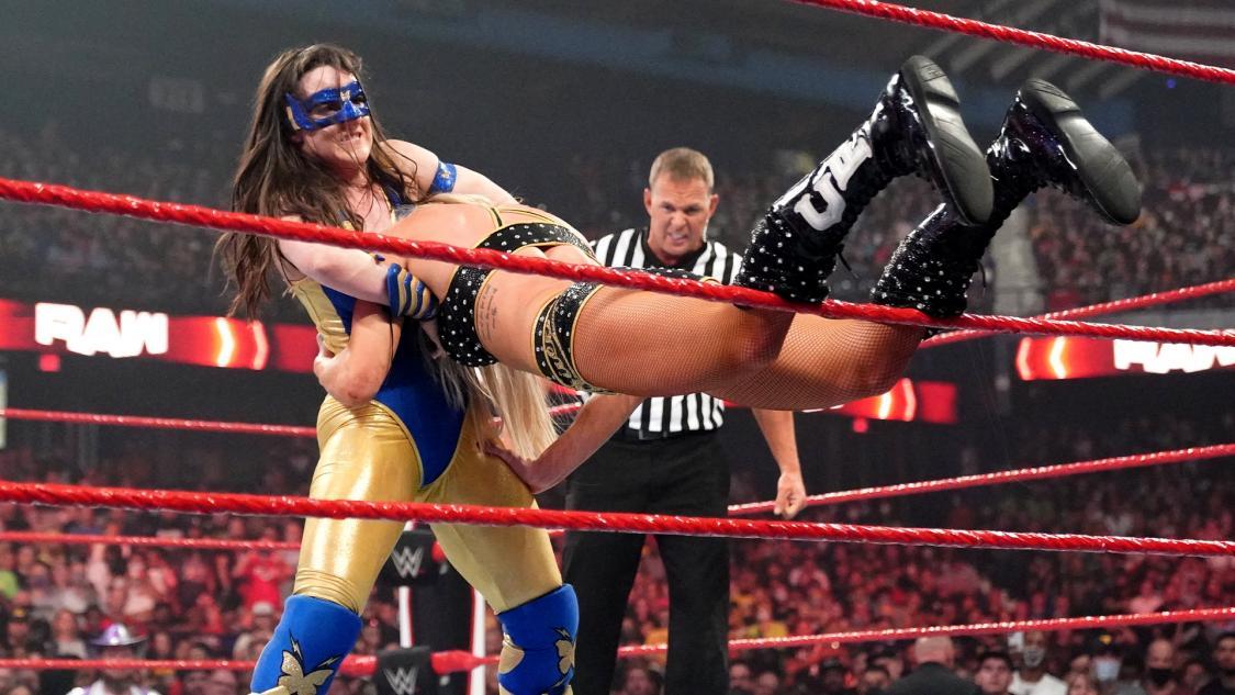 フレアー(右)の首を捕獲し、旋回式首砕きを狙うロウ女子王者ASH(C)2021 WWE, Inc. All Rights Reserved.