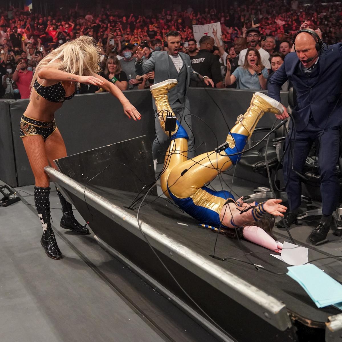 フレアー(左端)に解説席へのパワーボムで倒されたロウ女子王者ASH(C)2021 WWE, Inc. All Rights Reserved.