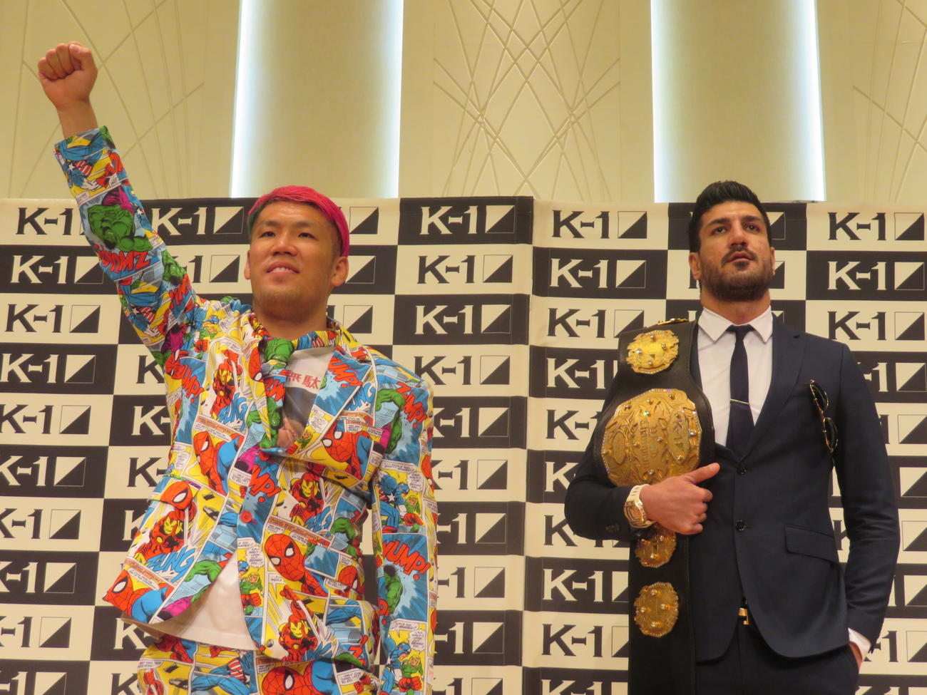 右拳を上げてアピールする京太郎(左)に対し、クールな態度のK-1クルーザー級王者カリミアン