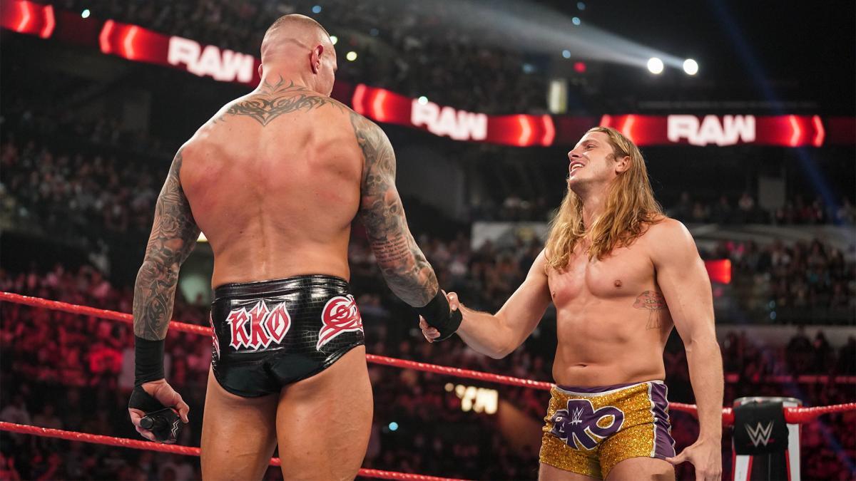 リドル(右)と握手を交わしたオートン(C)2021 WWE, Inc. All Rights Reserved.
