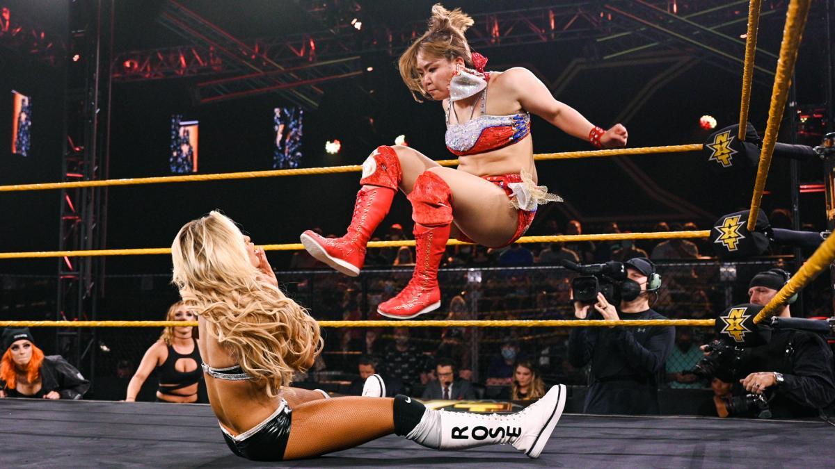 ローズ(左)にドロップキックを放ったサレイ(C)2021 WWE, Inc. All Rights Reserved.
