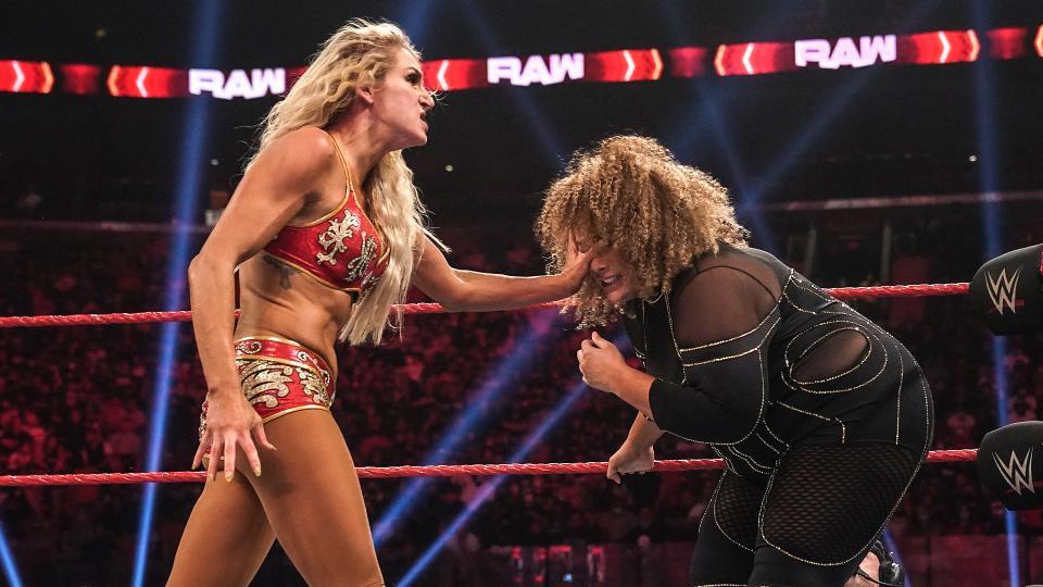 挑戦者ジャックス(右)の顔面をつかむロウ女子王者フレアー(C)2021 WWE, Inc. All Rights Reserved.