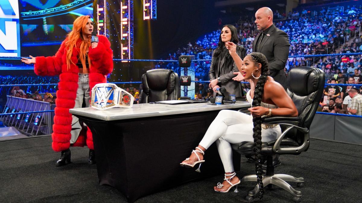挑戦者ブレア(右端)との調印式に臨んだスマックダウン女子王者リンチ(左端)(C)2021 WWE, Inc. All Rights Reserved.