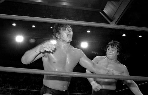 1980年代「名勝負数え歌」と称えられた一連の闘いでプロレス・ブームを牽引した長州(右)と藤波(写真は1984年7月5日新日本大阪大会)