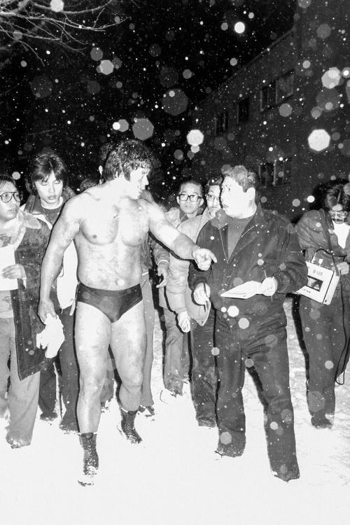 雪が降る中、興奮状態で記者の質問に答える藤波(撮影・深山善喜)