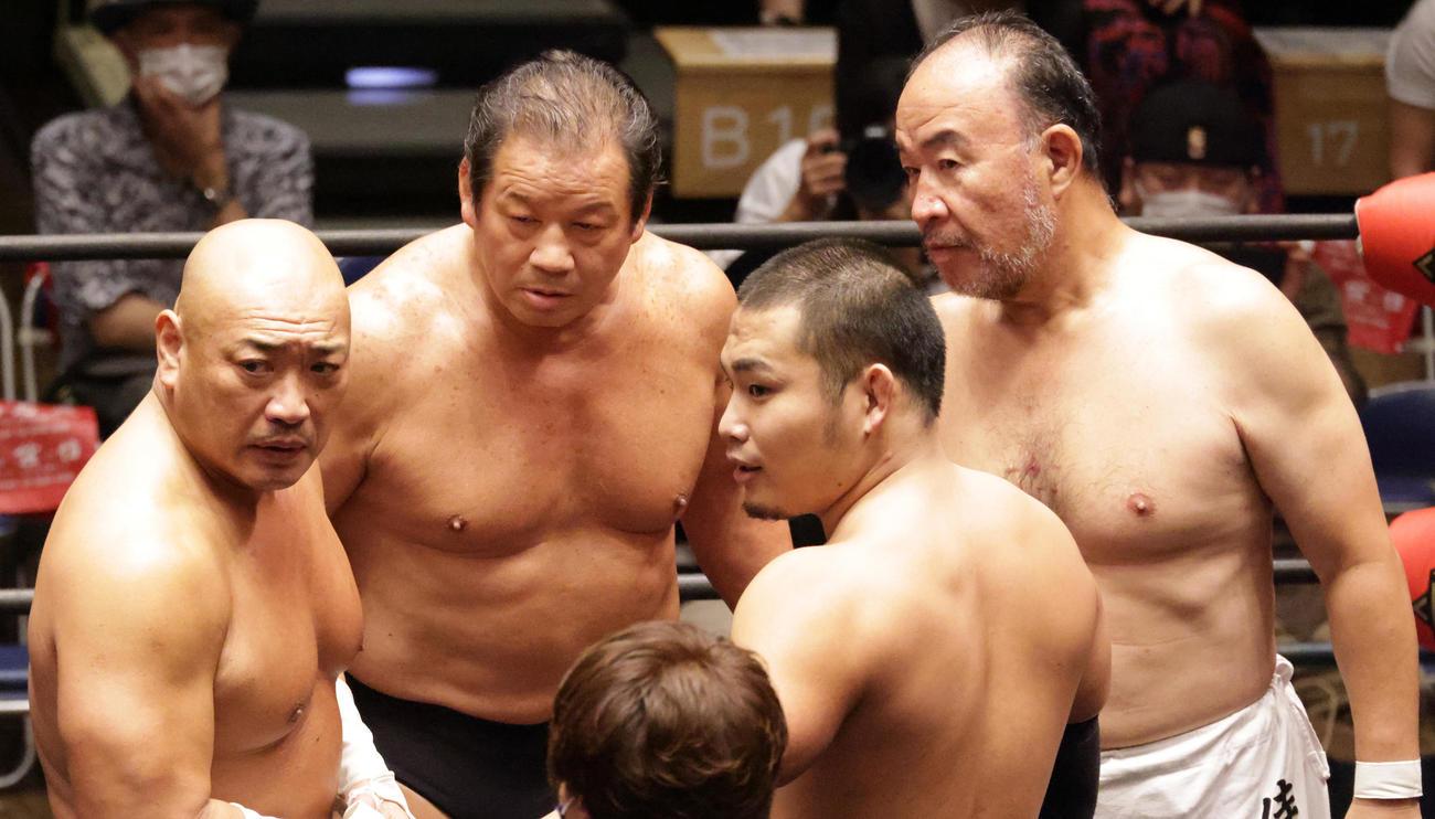 作戦を練る左から新崎人生、藤波辰爾、阿部史典、越中詩郎(撮影・中島郁夫)