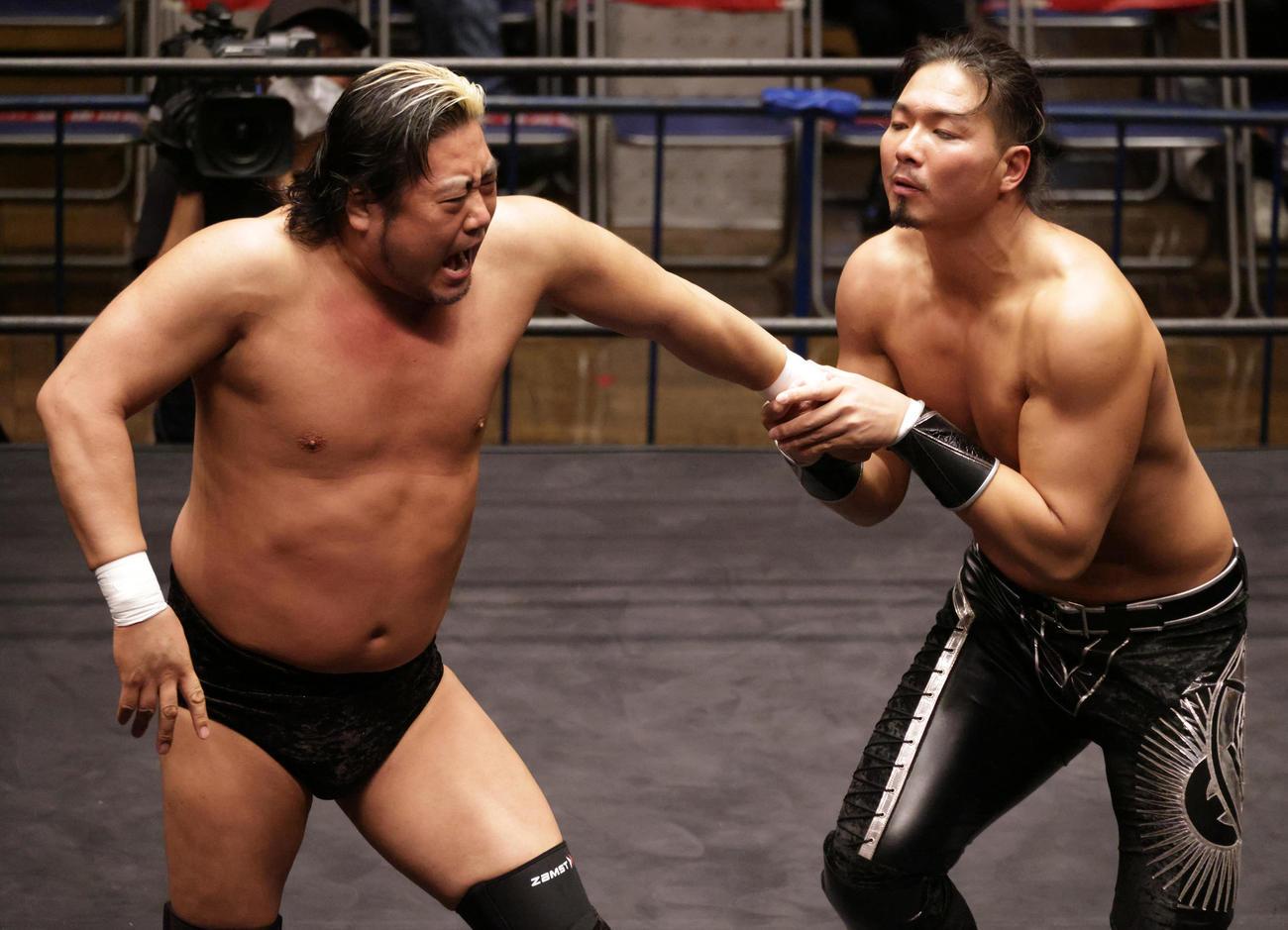 諏訪魔(左)の腕をきめるジェイク・リー(撮影・中島郁夫)