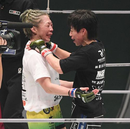 試合後、健闘を称え合う藤野(左)と浜崎(撮影・滝沢徹郎)