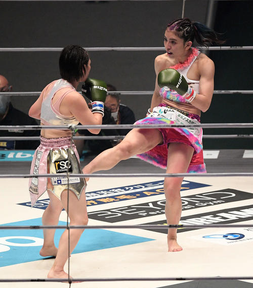 百花(左)に蹴りを見舞うぱんちゃん璃奈(撮影・滝沢徹郎)