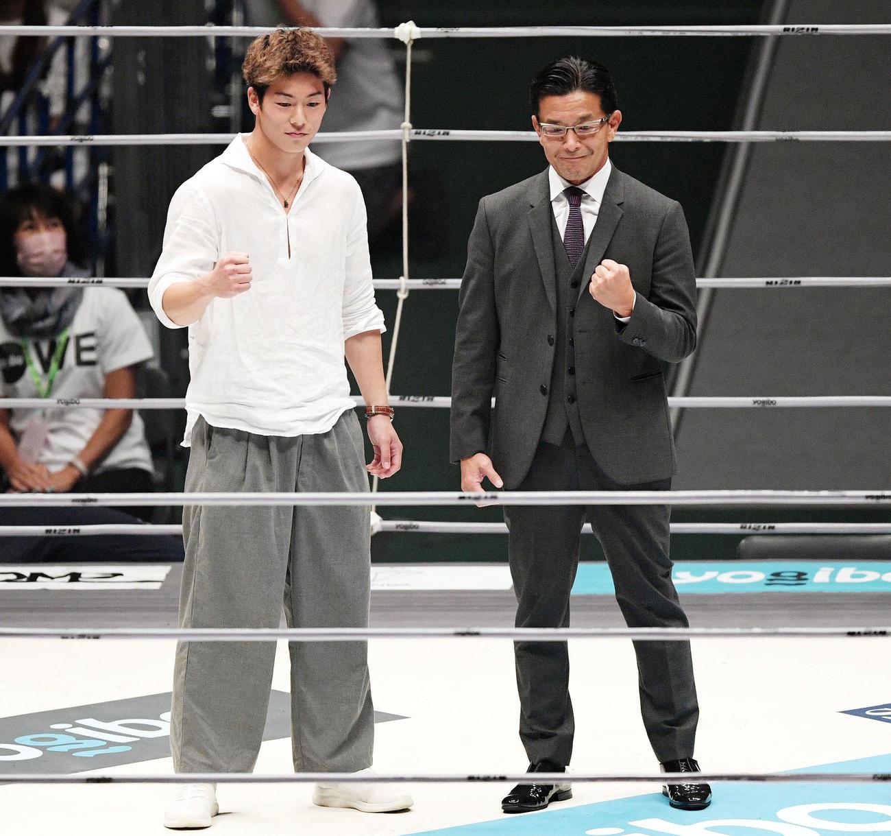 RIZINでデビューする事が決まりリング上であいさつした横浜FC三浦知良の息子の孝太(左)は榊原CEOと記念撮影する(撮影・滝沢徹郎)