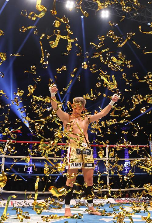 第2代ウエルター級王座決定トーナメントで優勝し歓喜のガッツポーズを決める野杁(撮影・垰建太)