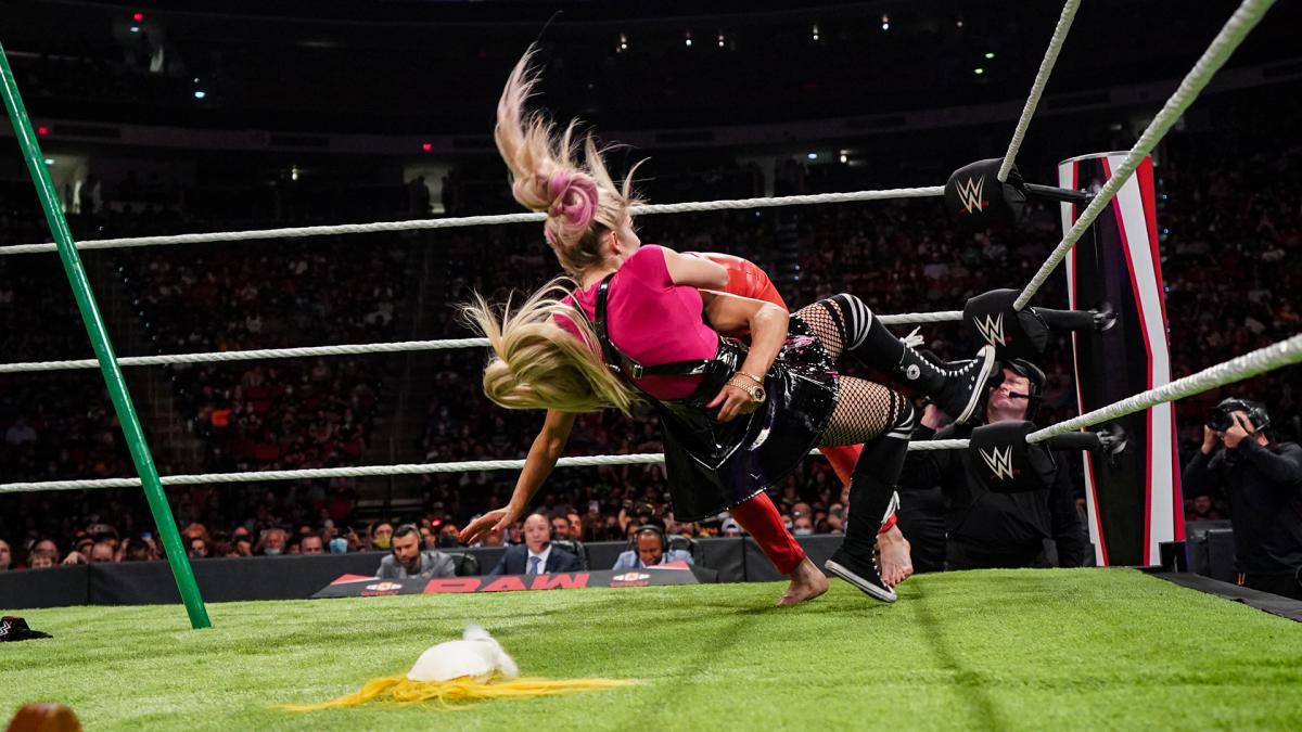 ブリス(右)のDDTを浴びたロウ女子王者フレアー(C)2021 WWE, Inc. All Rights Reserved.