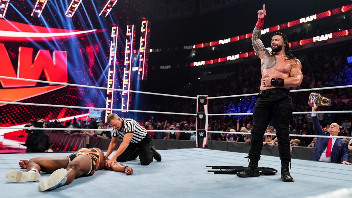 倒れたWWEヘビー級王者ビックE(左端)を横目に勝ち誇るWWEユニバーサル王者レインズ(右端)(C)2021 WWE, Inc. All Rights Reserved.