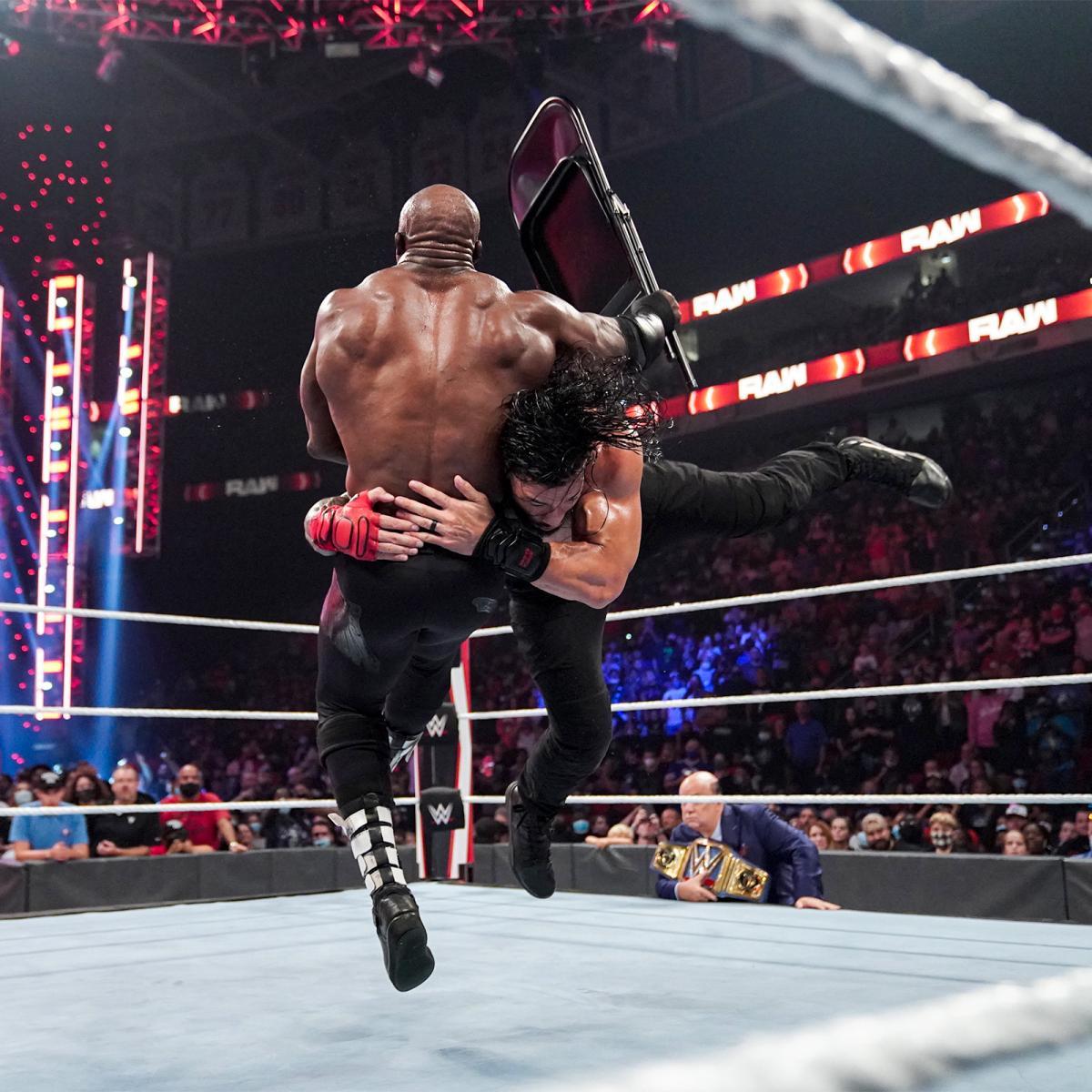 ラシュリー(左)にスピアーを成功させるWWEユニバーサル王者レインズ(C)2021 WWE, Inc. All Rights Reserved.