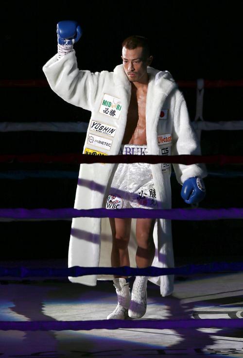 WBC世界ライトフライ級戦 入場する矢吹正道(撮影・上山淳一)