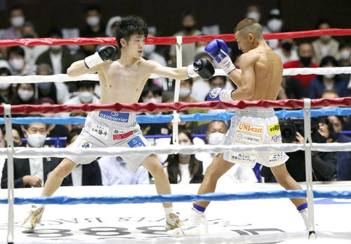 WBC世界ライトフライ級戦 1回、矢吹(右)を攻める寺地(撮影・上山淳一)