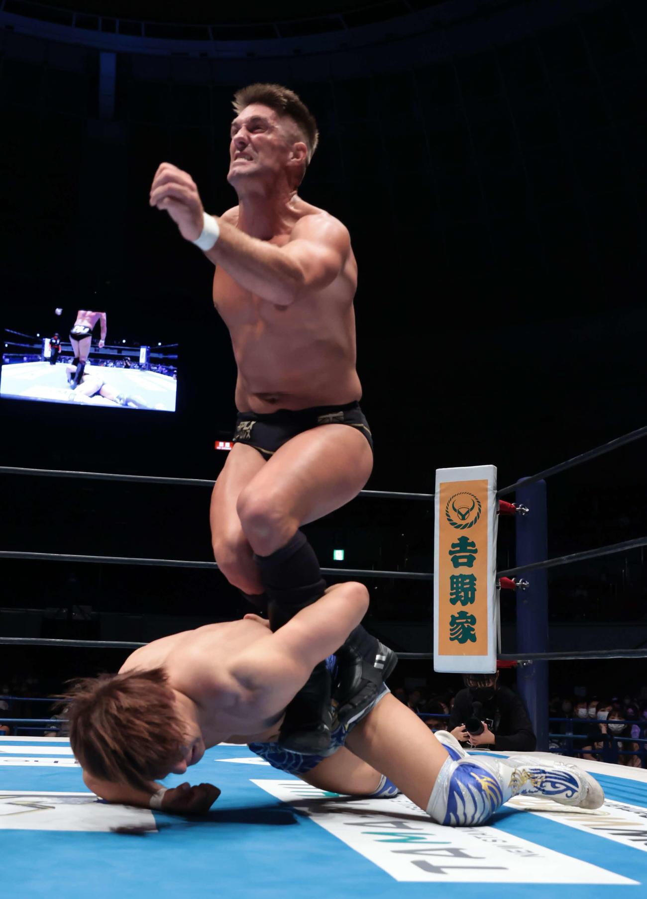 新日本プロレスG1クライマックス 飯伏幸太の腕を絞め上げるザック・セイバーJr.(新日本プロレス提供)
