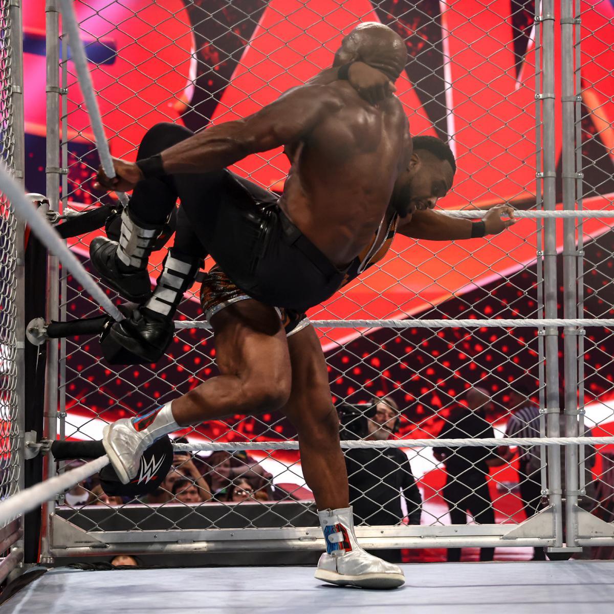 ラシュリー(手前)にビッグエンディングを仕掛けるビッグE(C)2021 WWE, Inc. All Rights Reserved.