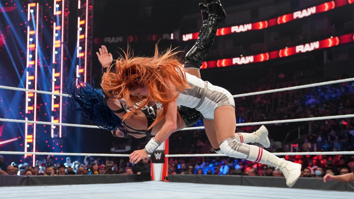 バンクス(奥)をマンハンドルスラムで沈めたスマックダウン女子王者リンチ(C)2021 WWE, Inc. All Rights Reserved.