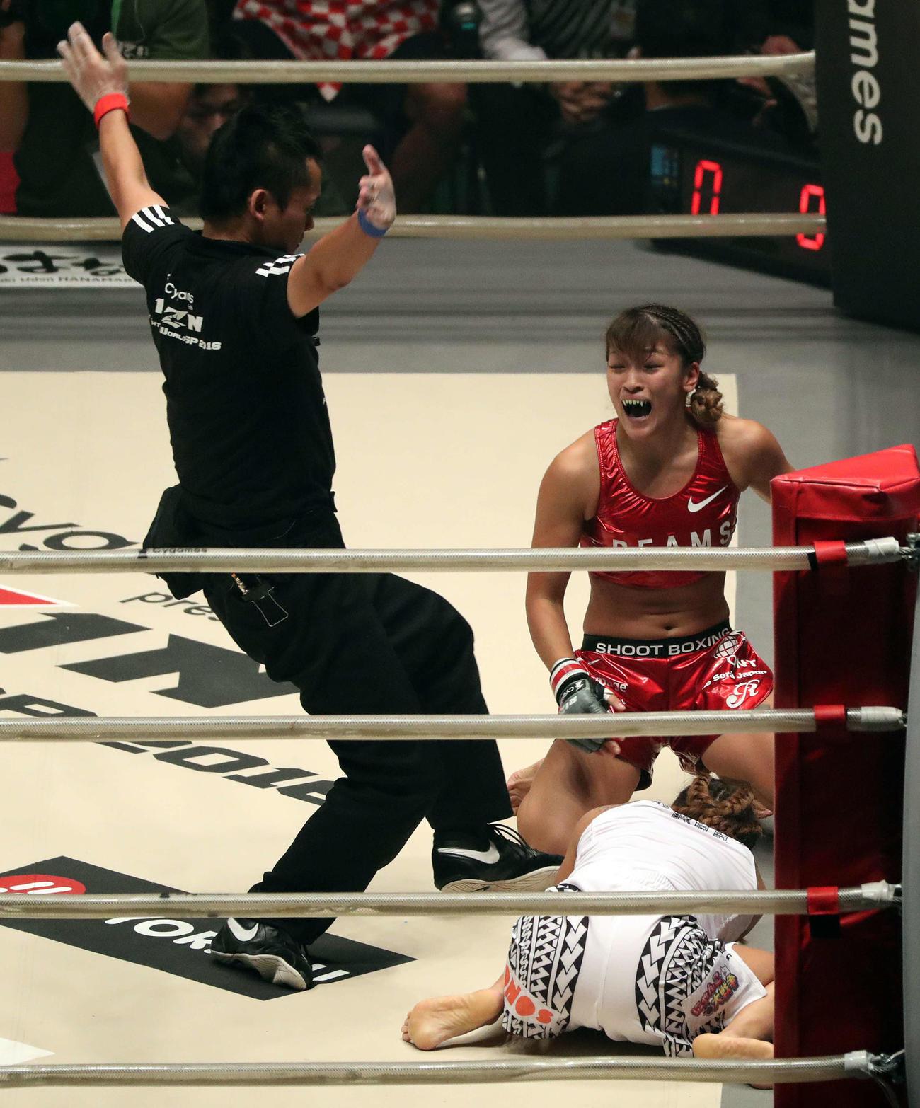 16年9月、RIZIN無差別級トーナメントで山本美憂(手前)はRENAにギブアップ負け