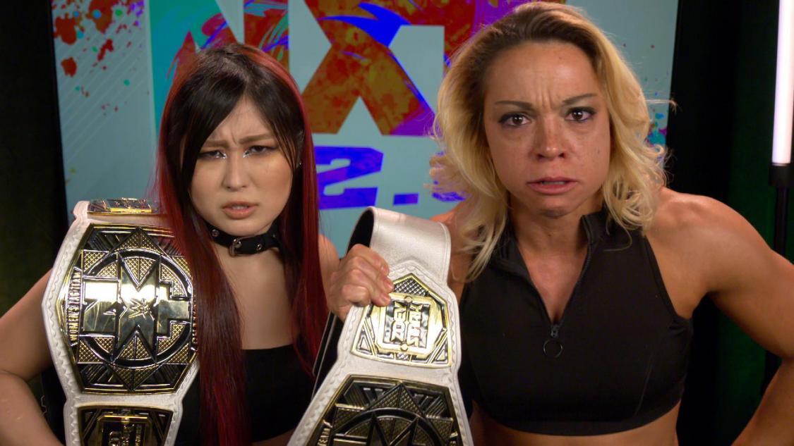 「あいつら好きじゃない」と不満顔をみせたNXT女子タッグ王者紫雷(左)とスターク。不仲タッグの意見が一致©2021 WWE, Inc. All Rights Reserved.