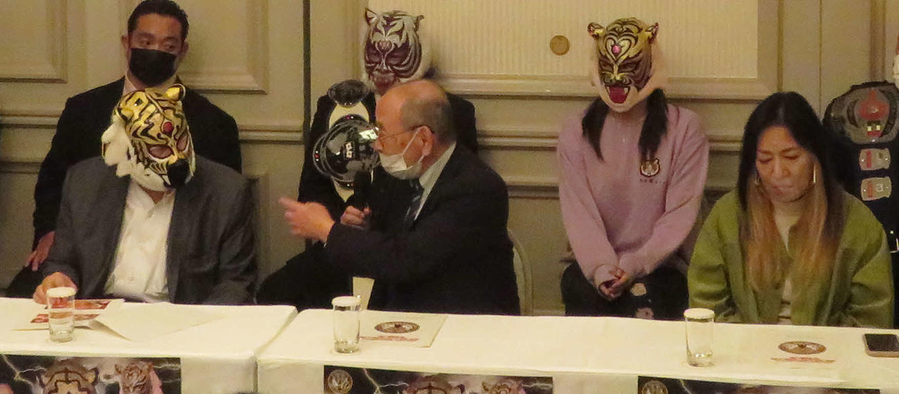 ストロングスタイルプロレスの新間寿会長(中央)に話しかけられる初代タイガーマスクの佐山サトル(左)。右はジャガー横田(撮影・松熊洋介)