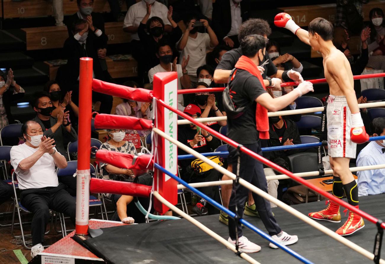 デビュー戦を1回TKO勝利で飾った磯谷(右)に拍手を送る輪島功一氏(左)(撮影・横山健太)