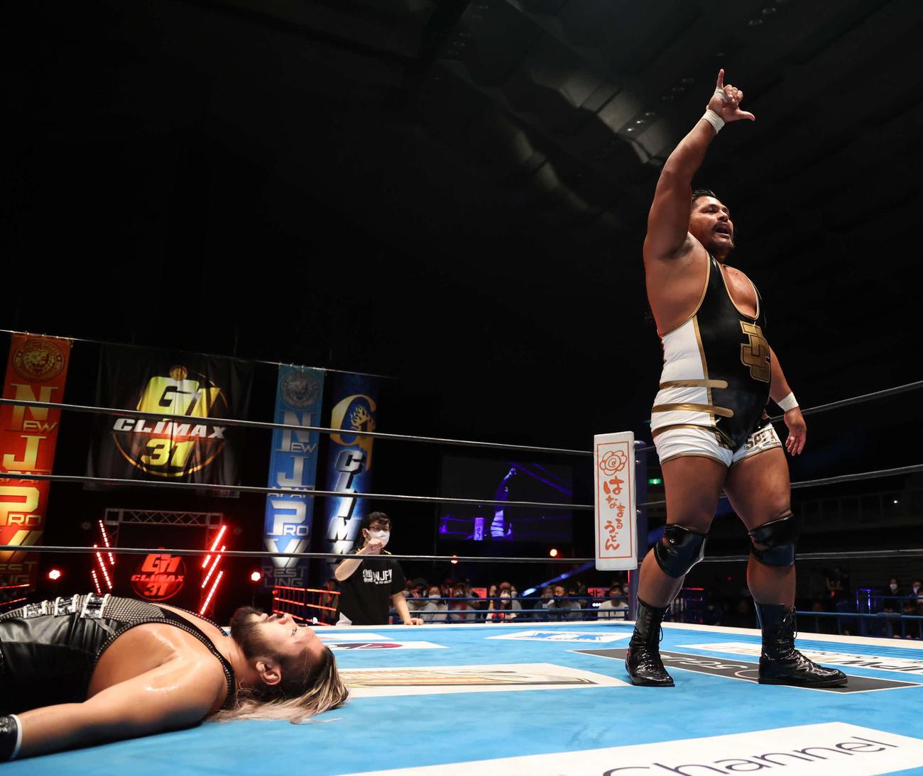 新日本プロレスG1クライマックス EVILを破り、8連勝でBブロック単独首位となったジェフ・コブ(右)(新日本プロレス提供)