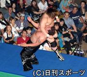 三沢さんに2万6000人、2・4キロ涙の列 - 格闘技ニュース : nikkansports.com