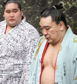 稽古の合間、さえない表情を見せる日馬富士関。左は照ノ富士関=14日朝(共同)