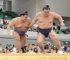 暴行があったとされる10月25日の翌日26日、秋巡業「鳥取場所」で勢(右)と対戦した貴ノ岩。貴ノ岩が勝利した(撮影・朝日新聞)