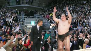 優勝インタビュー後、観客に呼び掛け万歳三唱をする横綱白鵬関(共同)