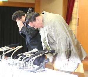 引退会見の冒頭、文書を読み上げた伊勢ヶ浜親方と日馬富士は、深々と頭を下げる(撮影・梅根麻紀)