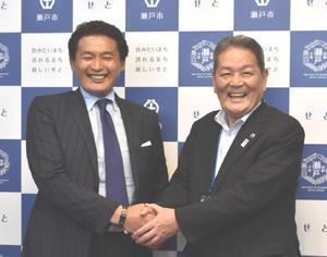 瀬戸市役所を表敬訪問して伊藤保徳市長(右)と笑顔で握手を交わす貴乃花親方