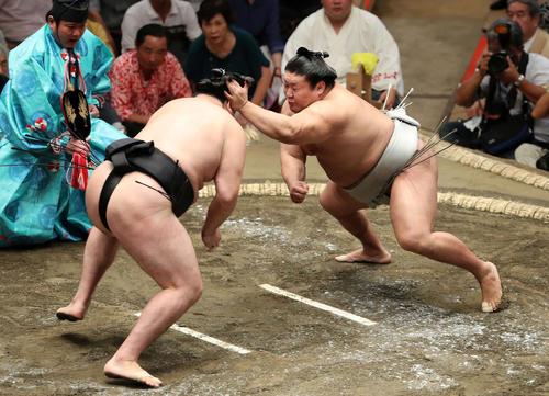 竜電(左)に張り手をする貴ノ岩(撮影・鈴木正人)