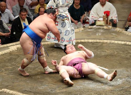 宝富士(右)を突き落としで破る琴奨菊(撮影・鈴木正人)