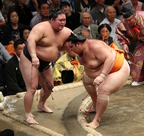 豪栄道(左)を寄り切りで破る魁聖(撮影・鈴木正人)