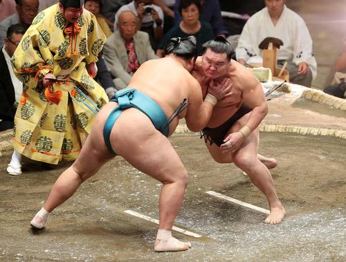 玉鷲(左)に激しく攻める白鵬(撮影・鈴木正人)