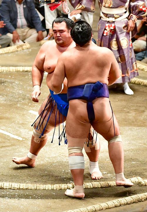 琴奨菊(左)は寄り切りで栃煌山を下す(撮影・小沢裕)