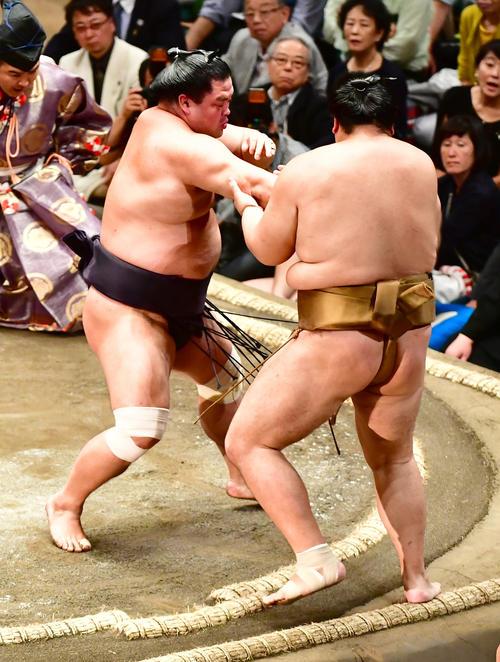 妙義龍(左)は押し出しで輝を下す(撮影・小沢裕)